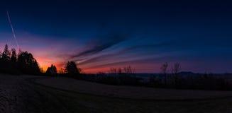 Солнце устанавливает и темнота приходит Стоковая Фотография