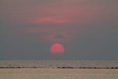Солнце устанавливая над морем к острову Karimunjawa Стоковые Фотографии RF