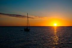 Заходящее солнце плавания Стоковая Фотография
