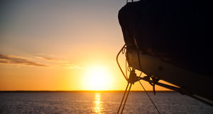 Заходящее солнце плавания Стоковые Изображения RF