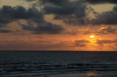 Солнце устанавливая над океаном стоковая фотография rf