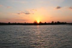 Солнце устанавливая над рекой Стоковое Изображение RF