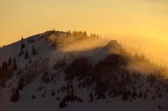 Солнце установило в горы с зимой и холодным пейзажем Стоковое фото RF