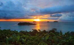 Солнце установило и красивое dusky небо на точка зрения t острова Chang Koh Стоковое фото RF