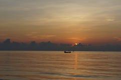 Солнце установило на море стоковые изображения rf