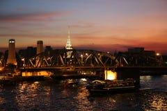 Солнце установило на мост Phra Phuttha Yodfa стоковые изображения rf