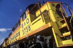 Солнце улавливает яркий желтый цвет двигателя железной дороги B&O, железной дороги Миннеаполиса Стоковая Фотография