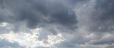 Солнце через бурные облака Стоковые Изображения