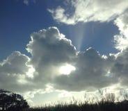 Солнце через облака Стоковые Фото