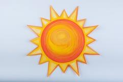 Солнце шаржа нарисованное с гуашью на белой предпосылке Стоковые Фото
