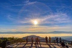 Солнце людей наблюдая поднять туман утра на гору Ang Khang Doi стоковая фотография