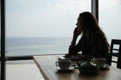 Солнце agaist женщины говоря на телефоне Стоковое фото RF