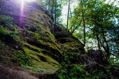 Солнце peeking над скалой Стоковые Фотографии RF