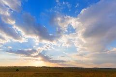 Солнце shinning через облака Стоковые Изображения RF