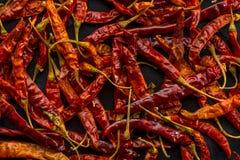 Солнц-высушенные красные chilies на предпосылке мешочка из ткани Стоковое Фото