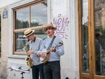 Солома-hatted buskers около Нотр-Дам в Париже Стоковое Изображение RF