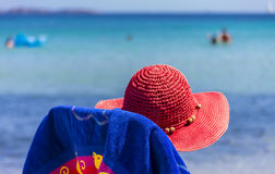 Соломенная шляпа и предпосылка море в Сардинии Италии Стоковые Изображения RF