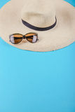 Соломенная шляпа и солнечные очки Стоковые Фото
