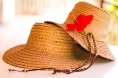 2 соломенной шляпы с цветком гибискуса Стоковое Изображение