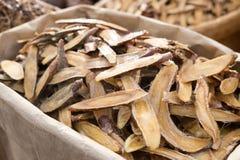 Солодка травяная сушит вне медицину в деревянный прерывать и отрезанную дальше Стоковое фото RF