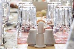 Сол-погреб, перц-бак & зубочистки на таблице банкета Стоковая Фотография RF