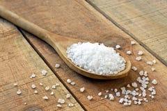 Соль в ложке на деревянном столе Стоковое Изображение RF