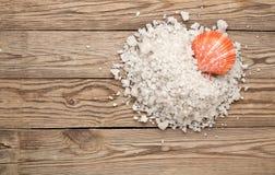 Соль и раковина моря на древесине стоковая фотография