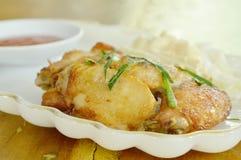 Соль крыла жареной курицы и отбензинивание перца отрезают траву и капусту лимона на плите Стоковая Фотография RF