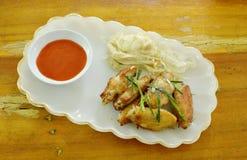 Соль крыла жареной курицы и отбензинивание перца отрезают траву лимона с кипеть грибом иглы на плите Стоковая Фотография RF