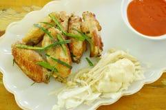 Соль крыла жареной курицы и отбензинивание перца отрезают траву лимона окуная соус chili на плите Стоковые Изображения RF