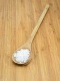 Соль моря в деревянной ложке Стоковые Изображения