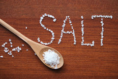 Соль моря в деревянной ложке Стоковое фото RF