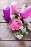 Соль моря в шаре, полотенцах, свечах и цветках на белом деревянном ба Стоковые Фото