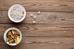 Соль моря и листья завода стоковое фото