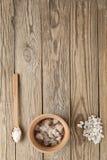 Соль моря на деревянных досках стоковое фото