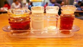 Соль, шейкер перца на деревянном столе Стоковые Изображения RF