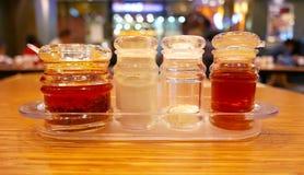 Соль, шейкер перца на деревянном столе Стоковые Фотографии RF