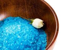 Соль для принятия ванны и цветок кладут в деревянный шар Стоковые Изображения