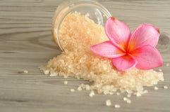 Соль для принятия ванны и цветок frangipani Стоковое фото RF