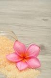 Соль для принятия ванны и цветок frangipani Стоковые Фотографии RF