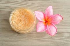 Соль для принятия ванны и цветок frangipani Стоковая Фотография RF