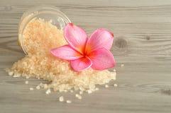 Соль для принятия ванны и цветок frangipani Стоковое Фото