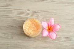 Соль для принятия ванны и цветок frangipani Стоковые Изображения