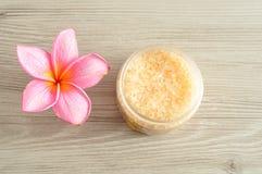 Соль для принятия ванны и цветок frangipani Стоковая Фотография