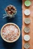 Соль для принятия ванны моря, свечи ароматности и циннамон стоковое изображение