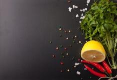 соль rosemary перца листьев трав чеснока cardamon залива spices ваниль Красный пеец, соль и rosmary на черном backgr Стоковое фото RF