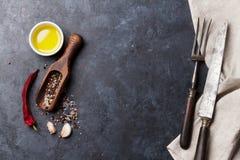 соль rosemary перца листьев трав чеснока cardamon залива spices ваниль Стоковое фото RF