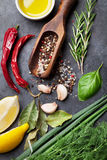 соль rosemary перца листьев трав чеснока cardamon залива spices ваниль Стоковое Изображение RF