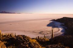 Соль Uyuni плоское на боливийских Андах на восходе солнца Стоковое Изображение RF