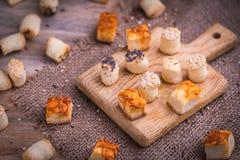 Солёная закуска партии в деревянном столе и естественном джуте Стоковая Фотография RF